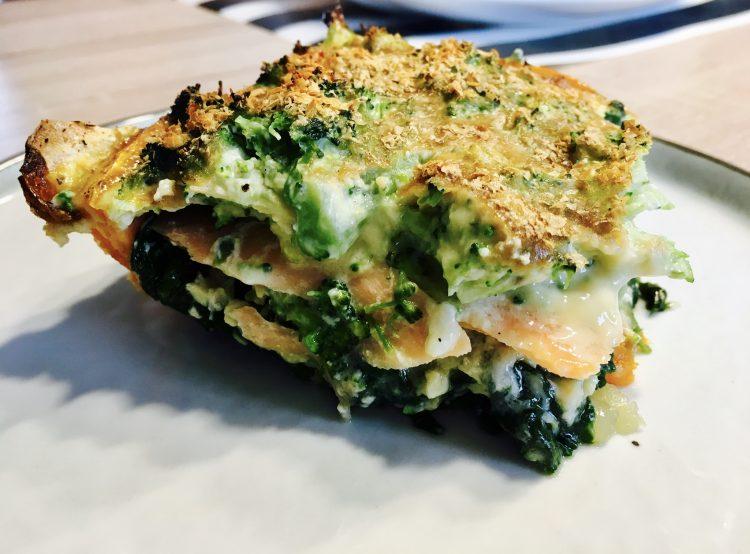 Quiche van zalm, spinazie en broccoli op een zoete aardappel bodem
