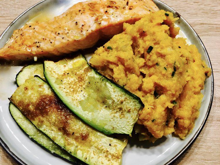 Koolrabi-zoete aardappel puree met gegrilde courgette en zalm